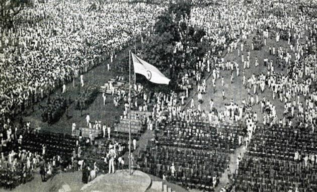 Indian-flag-hoisting-1947